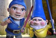 Gnomeo and Benny looking at the laptop