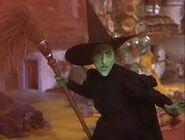 La-sorcière-arrive-dans-sa-fumée-rouge