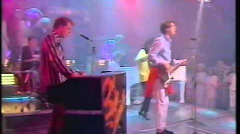 The Style Council – Walls Come Tumbling Down (Studio, TOTP)
