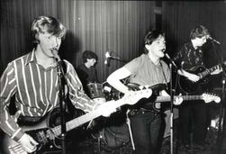 Specialreports 2edb.poor-howard-robert-holmes-joined-red-guitars