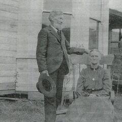Rachel Linville Bounds, la grand-mère paternelle de Lillian, en compagnie de son époux James, en 1906, à leur maison de Lapwai.