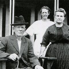 Le père de Lillian, Willard Pehall Bounds, en compagnie de son épouse Jeanette (tout à gauche), et de ses sœurs Nancy (tout à droite) et Bertha Bounds (en arrière).