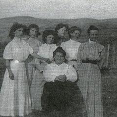 La mère de Lillian, Jeanette Short Bounds (assise, au centre), en compagnie de six femmes de sa famille.