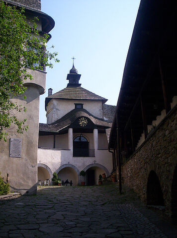 Plik:Corral of castle in Niedzica.jpg