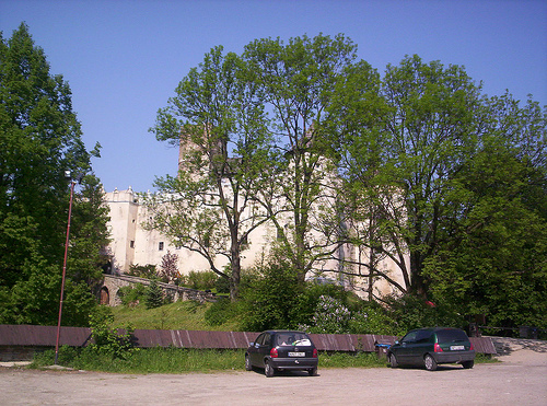 Plik:Castle hidden behind trees.jpg
