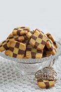 8333744-biscuits-en-damier-avec-un-gateau-tong-disposees-sur-un-support-de-gateau-personne-n-39-est-visible-