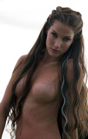 File:Marina Photoshoot scales.jpg