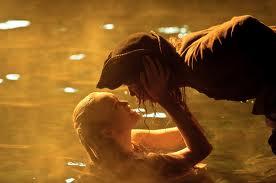 Tamara mentre porta Scrum sott'acqua