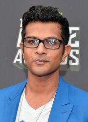 Utkarsh Ambudkar Arrivals MTV Movie Awards DJ6nzqqNiqnl