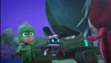 Gekko assuring Catboy and Owlette