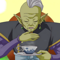 Pije zieloną herbatę