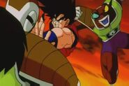 Neiz atakuje Goku w plecy