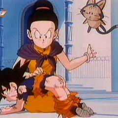 Chichi daje Gotenowi klapsy za nieposłuszeństwo.