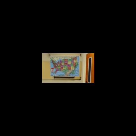 Odwrócona mapa Stanów Zjednoczonych na ścianie klasy