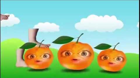 Eplucher les mandarine avec les pied