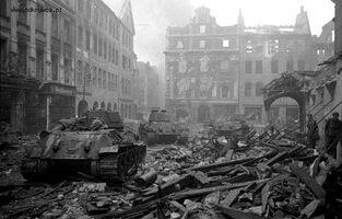 T-34 na zniszczonym Starym Rynku