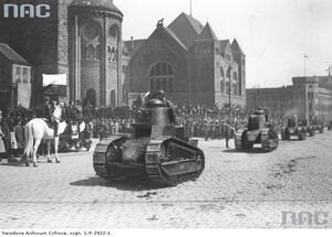 Defilada kolumny czołgów Renault FT-17 przed Zamkiem Cesarskim