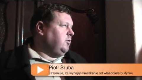 Piotr Śruba w asyscie policji włamuje się do cudzego mieszkania