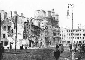Stary Rynek ze zniszczonym ratuszem
