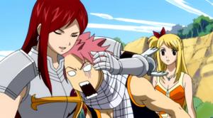 Erza abraza a Natsu