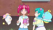 STPC4.39-Hikaru y Lala miran la pluma flotando frente a ellas