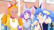 Yuni en el concurso de disfraces con Madoka y Elena