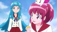 Megumi recojiendo basura