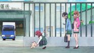 Latte esperando por Yasuko en la puerta de la oficina de encargos