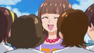 41.Kirara junto a sus admiradoras
