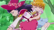 Riko y Mirai huyen volando