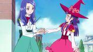 Liz sosteniendo la mano de Riko