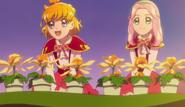 Mirai y Kotoha con las flores