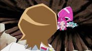 Itsuki intenta ayudarlas a subir