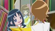 Erika mostrando a Itsuki algunos colores de tela