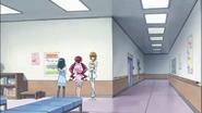 Itsuki, Tsubomi y Erika esperando por el final de la cirujía de Satsuki