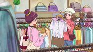 Rina y Mina en el centro comercial