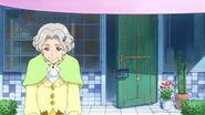 Abuela de Mirai barriendo la entrada