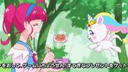 Fuwa comiendo spaghetti de la Pluma Virgo