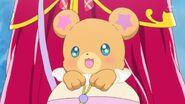 86. Mofurun dentro de su bolsita indicando a Mirai y Riko donde se encuentra la piedra Linkle