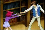13. Coco tratando de quitarle el colector a Nozomi
