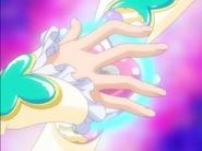 Egret colocando los anillos en su brazalete