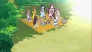 Las chicas comiendo a la orilla del lago