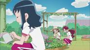 Las chicas vuelven a cuidar las flores al siguiente dia