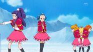 45. Jun observando a Mirai y sus compañeras caminando en circulos y a Riko sola tratando de realizar su prueba