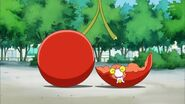 Candy comiendo una cereza gigante