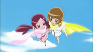 Itsuki toma la mano de Tsubomi para que ella tenga mas confianza