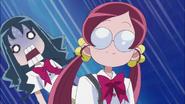 Erika se asusta de la mirada de Ban