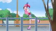 Megumi ayudando a una niña a encontrar a su madre