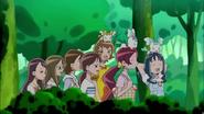 Las chicas atraviesan el bosque