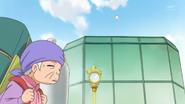 HuPC01.7-Una anciana esta apunto de ser golpeada por una pelota de beisball